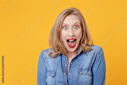 jolie femme blonde expressive souriant Fototapet