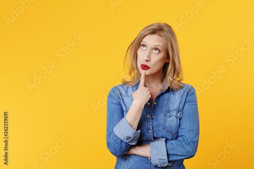 Photographie jolie femme blonde expressive souriant