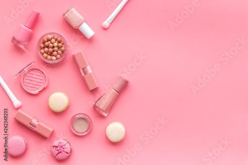 Foto auf AluDibond Macarons Make-up artist desk with powder, nail polish, decorative cosmetics and macaroon cookies pink background top view mokeup