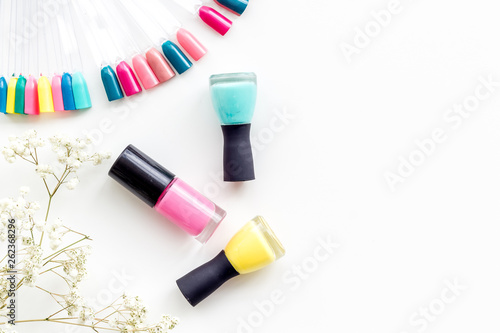 Fotografía  flowers, palette and nail polish for nail artist work on white desk background t