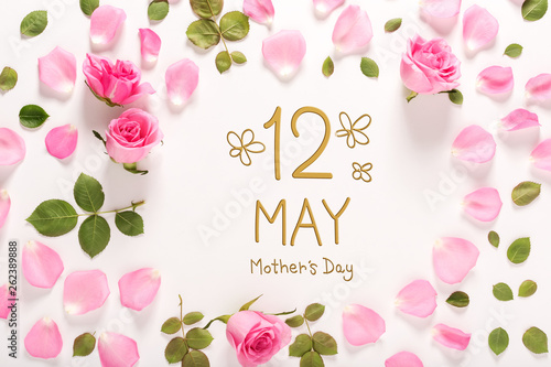 Keuken foto achterwand Eigen foto Mother's Day message with roses and leaves top view flat lay