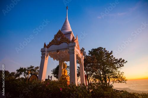 Foto  Golden buddha statue on mountain landscape beautiful view of the morning sunrise