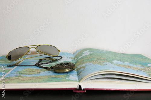Primo piano di un atlante con un orologio da taschino vintage e degli occhiali d Wallpaper Mural