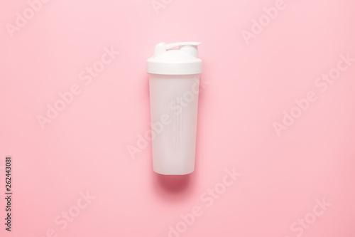 Photo White plastic sports shaker on pastel pink  background