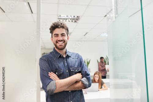 Photo  Junger Mann als selbstbewusster Start-Up Gründer