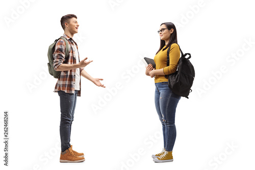 Photo Male and female students talking