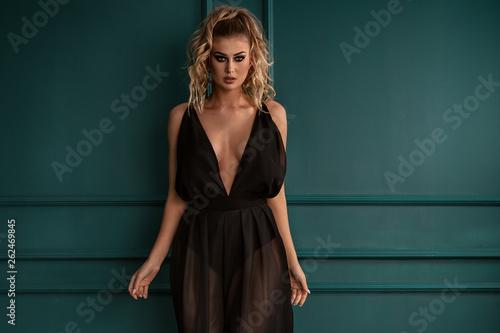 Fotografía  Fashionable elegant lady posing.
