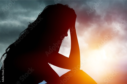 Photo Young woman crying on background