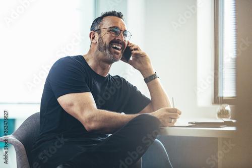 Fotografia Businessman having a casual conversation on phone