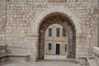 Torbogen und Gasse in der Altstadt von Dubrovnik
