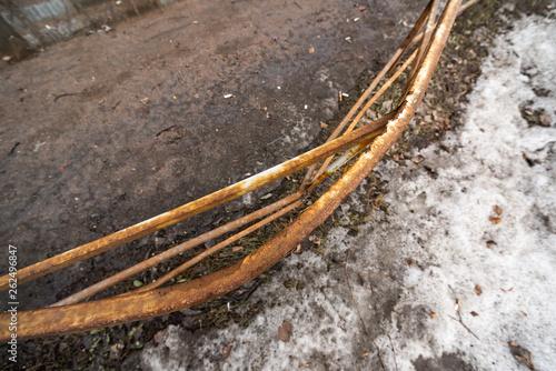 Fotografía  Bent rusty metal fence