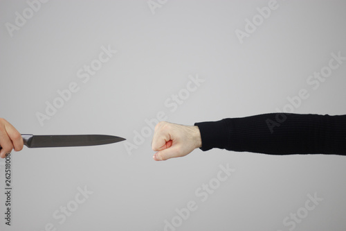 Photo the punch of a man against the tip of a knife - a Brazilian adage murro em pont