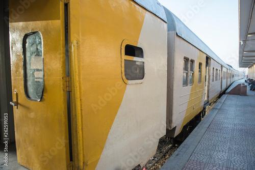 Fotografía  Railway carriages at a train station platform