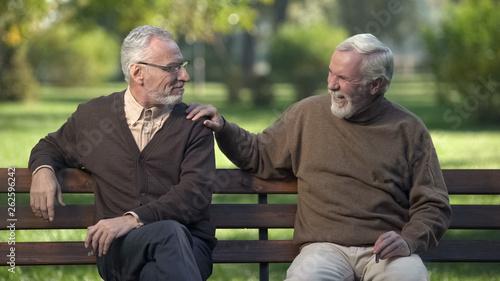 Fotografía  Elderly male friends smoking cigar, friends enjoying rest in park together