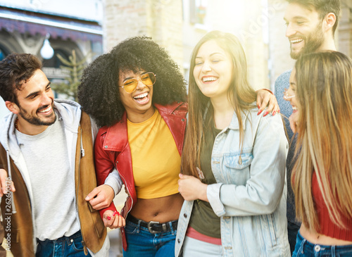 Foto  Group of young students spending time together after classes - Friends having fu