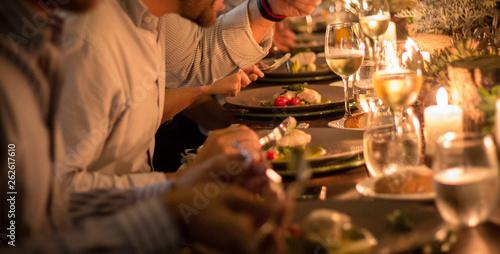Fotografie, Tablou  Comensales disfrutando cena maridaje  vino blanco con postre