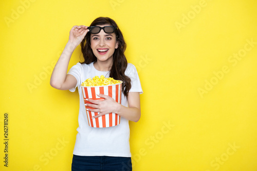Photo  Waist up of happy brunette lady putting off 3d glasses
