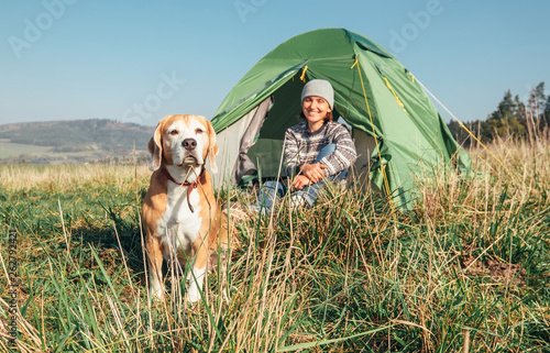 La pose en embrasure Camping Woman with her pet beagle dog rest in camping tent