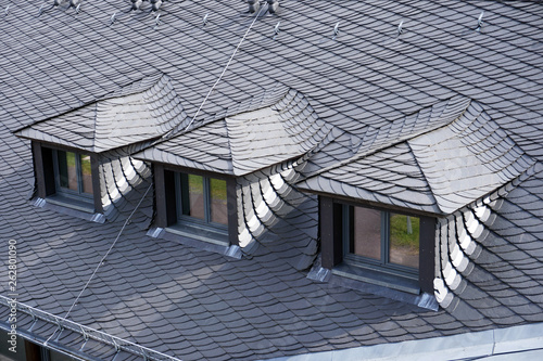 Photo Dach mit Gauben ist mit Schiefer und Schieferplatten eingedeckt