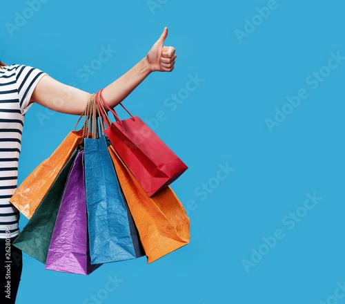 Szczęśliwa młoda kobieta z torba na zakupy