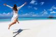 canvas print picture - Glückliche Frau in weißem Sommerkleid läuft an einem tropischen Paradies Strand und genießt ihren Urlaub auf den Malediven