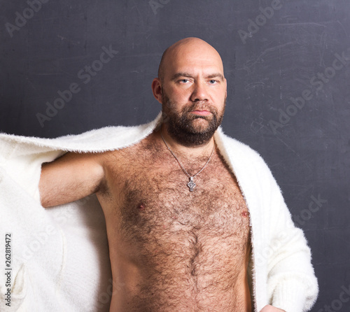 Bald brutal man in white fur coat. Billede på lærred