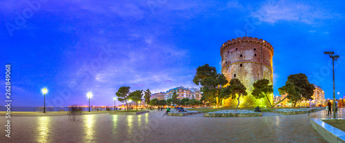 View of  the White Tower of Thessaloniki which is a monument and museum on the w Fototapet