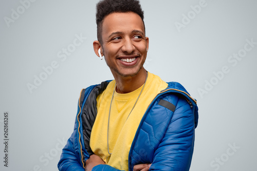 Foto  Smiling African male listening to music