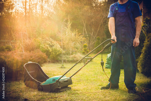 Valokuvatapetti Using scarifier in the garden