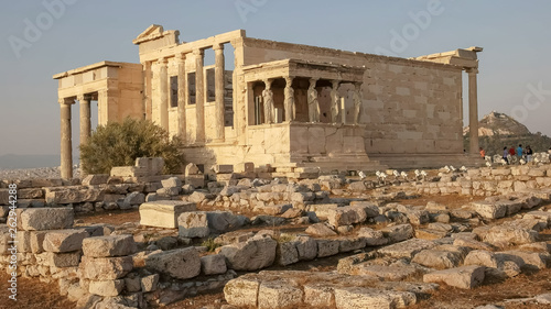 Photo wide shot of the erechthion in athens, greece