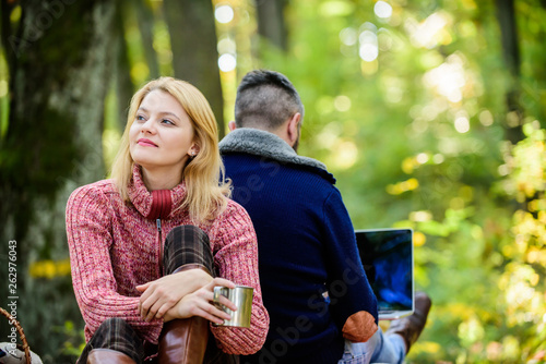 Fotomural Happy loving couple relaxing in park with laptop