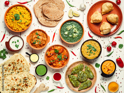 Photo  Indian cuisine dishes: tikka masala, dal, paneer, samosa, chapati, chutney, spices