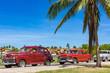 Amerikanische rot braune Oldtimer parken in Varadero Cuba unter blauen Himmel - Serie Kuba Reportage