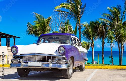 Aluminium Prints Old cars Blau weisser amerikanischer Oldtimer parkt am Strand in Varadero in Cuba - Serie Kuba Reportage