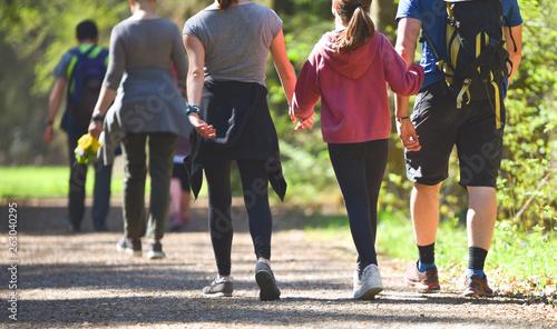Fotografie, Obraz  Familie beim spazieren im Park