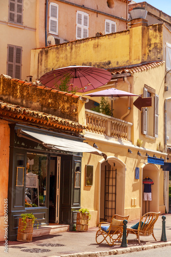 Canvas-taulu A view of streets and lanscape of Saint Tropez, France