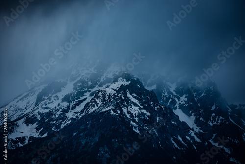 Fotografía  Misty fog covered snowy mountain of the Sierra Nevada range