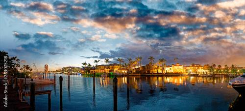 jeziorny-boca-raton-i-miasto-linia-horyzontu-z-odbiciami-przy-zmierzchem-panoramiczny-widok