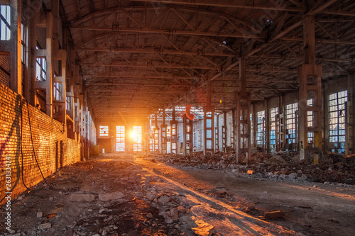 Poster Les vieux bâtiments abandonnés Sunlight of sunset in large abandoned industrial building of Voronezh excavator factory