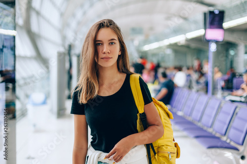 Fotografia  Teen girl waiting for international flight in airport departure terminal