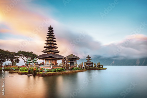 Foto auf Gartenposter Bali Ulun Danu Beratan Temple is a famous landmark located on the western side of the Beratan Lake , Bali ,Indonesia.