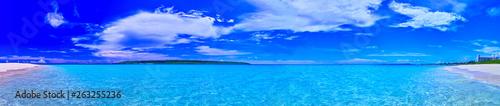 Fotobehang Turkoois 真夏の宮古島。与那覇前浜ビーチの全景(パノラマ)