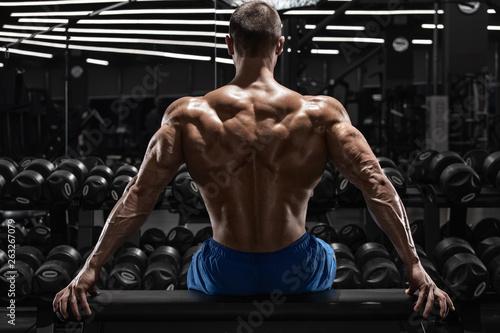 widok-z-tylu-muskularny-mezczyzna-pokazujacy