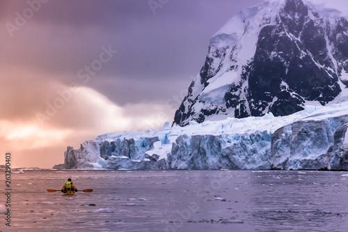 Foto auf Leinwand Lavendel Kayaking in Antarctica