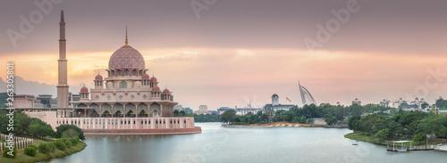 Foto auf AluDibond Lavendel Putra Mosque with dramatic sky Putrajaya, Malaysia