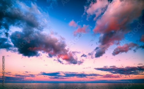 Poster Mer coucher du soleil Beautiful pink sunset clouds over Lake Superior