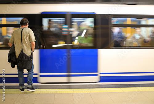 Obraz persona esperando en el andén del metro 4M0A8987-as19 - fototapety do salonu