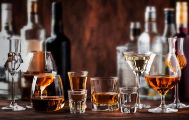 Jaki duhovi postavljeni. Teška alkoholna pića u čašama u asortimanu: votka, konjak, tekila, rakija i viski, rakija, liker, vermut, tinktura, rum.