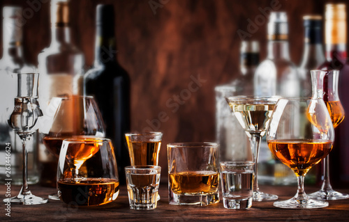Photo sur Aluminium Bar Strong Spirits Set. Hard alcoholic drinks in glasses in assortment: vodka, cognac, tequila, brandy and whiskey, grappa, liqueur, vermouth, tincture, rum.