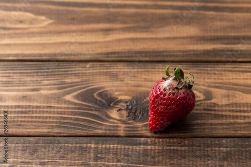 腐ってカビの生えたイチゴ Fototapeta